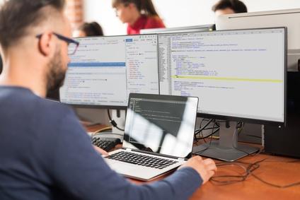 Software-Entwickler am Programmieren
